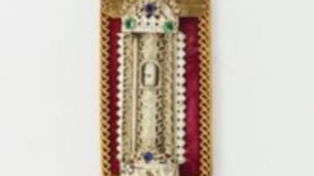 "Early Israeli folk art mezuzah on velvet mounting with ornate gilded body, engraved ""israel 1948"" at base, 6.2"" long, 1948. Courtesy Greenstein and Company, Inc., https://jgreenstein.com"