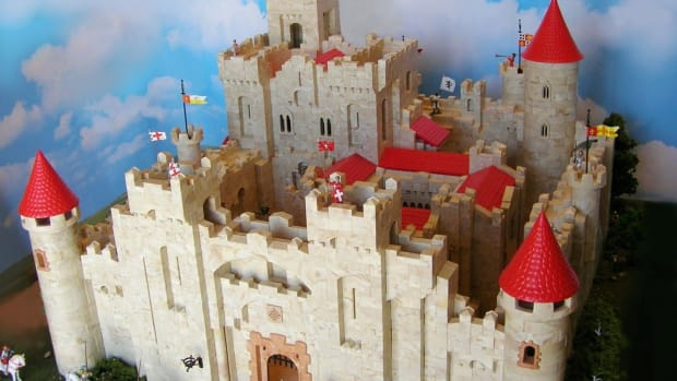 Exin Pendragon, Walled Medieval Palace, by Joaquín Morales. Castle required more than 7,000 pieces to build.