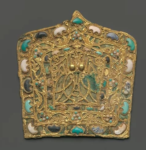 This ornamental plaque from the 4th-5th century features a cicada— an emblem of immortality— is framed by semi-precious stones and once decorated the hat of a government official.