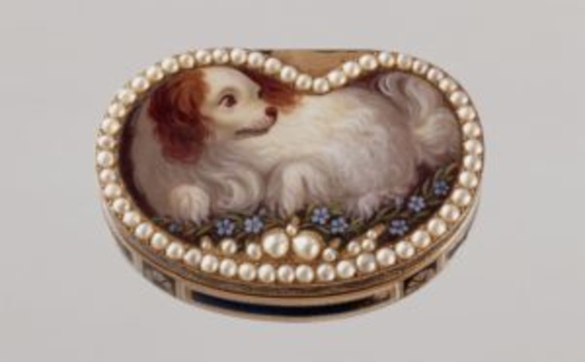 Vinaigrette decorated with a spaniel surrounded by pearls. Courtesy of the Hillwood Collection.