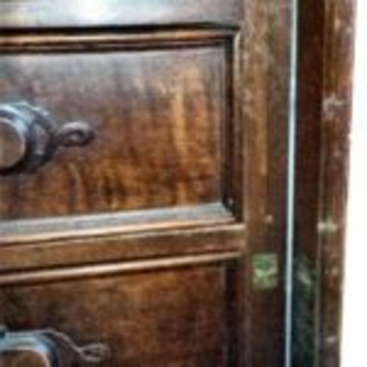 Locking detail of side-lock dresser