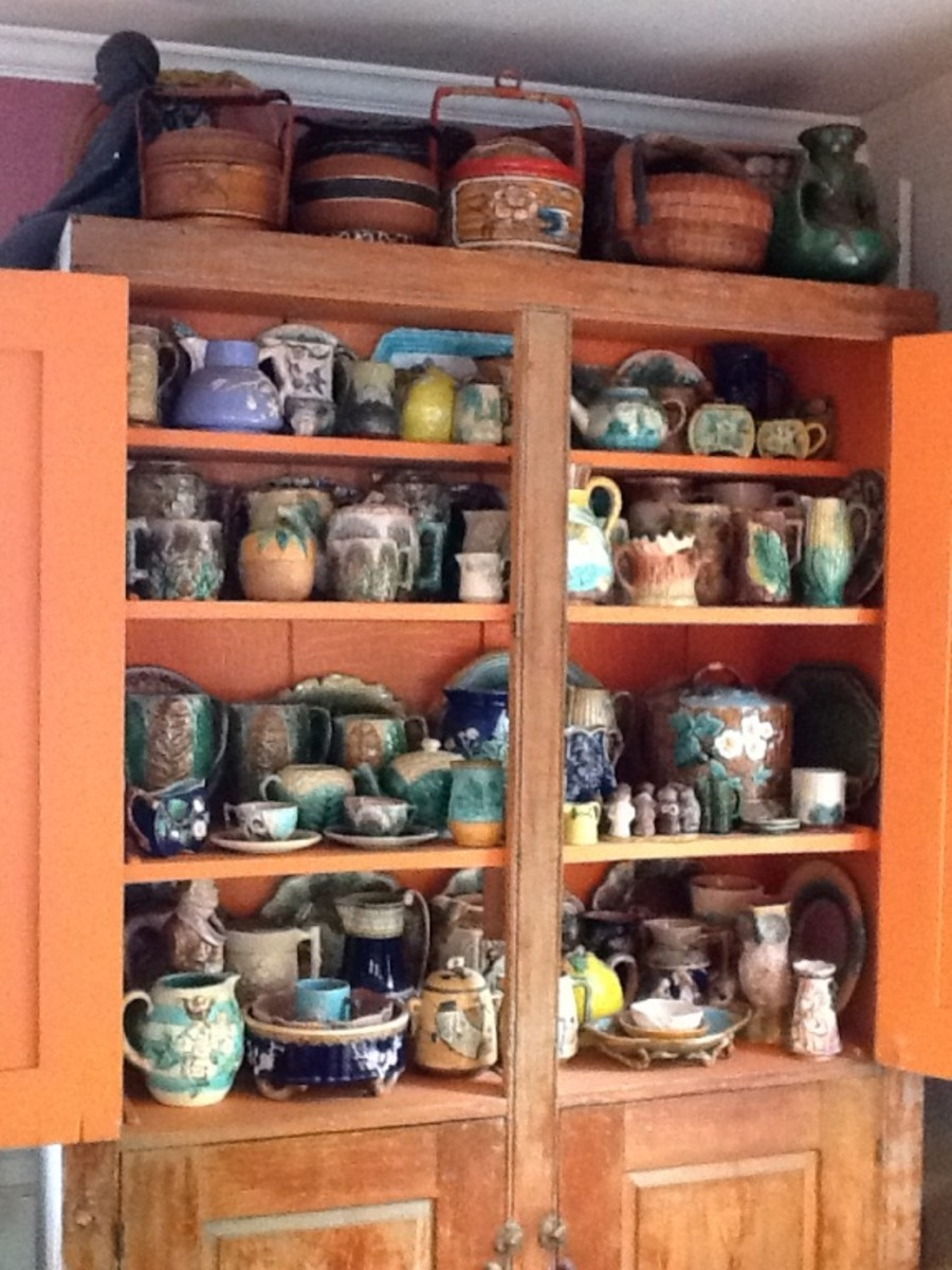 Cabinet with majolica