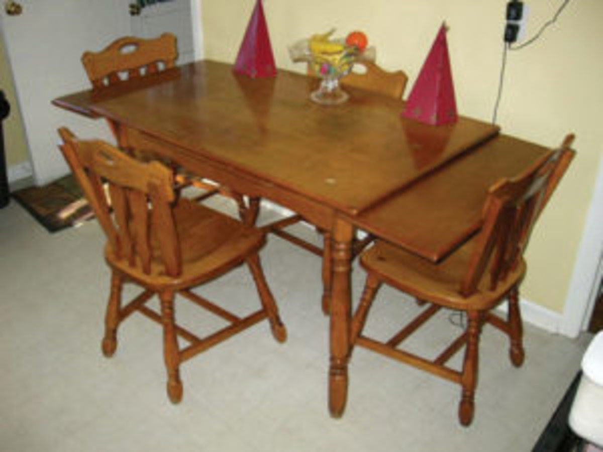 This 1950s table shows the leaf extension method of the sixteenth century draw top table with leaves on the ends.