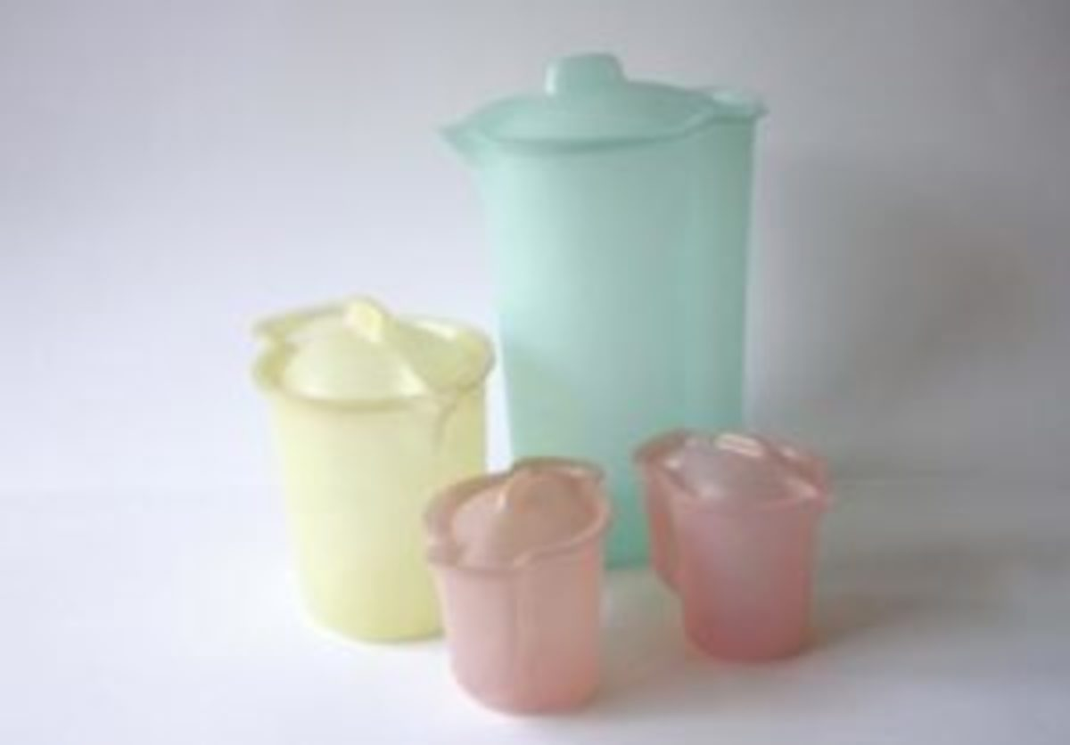 Vintage Tupperware pitchers 2 qt. (©1954) and 40 oz., sugar and creamer.