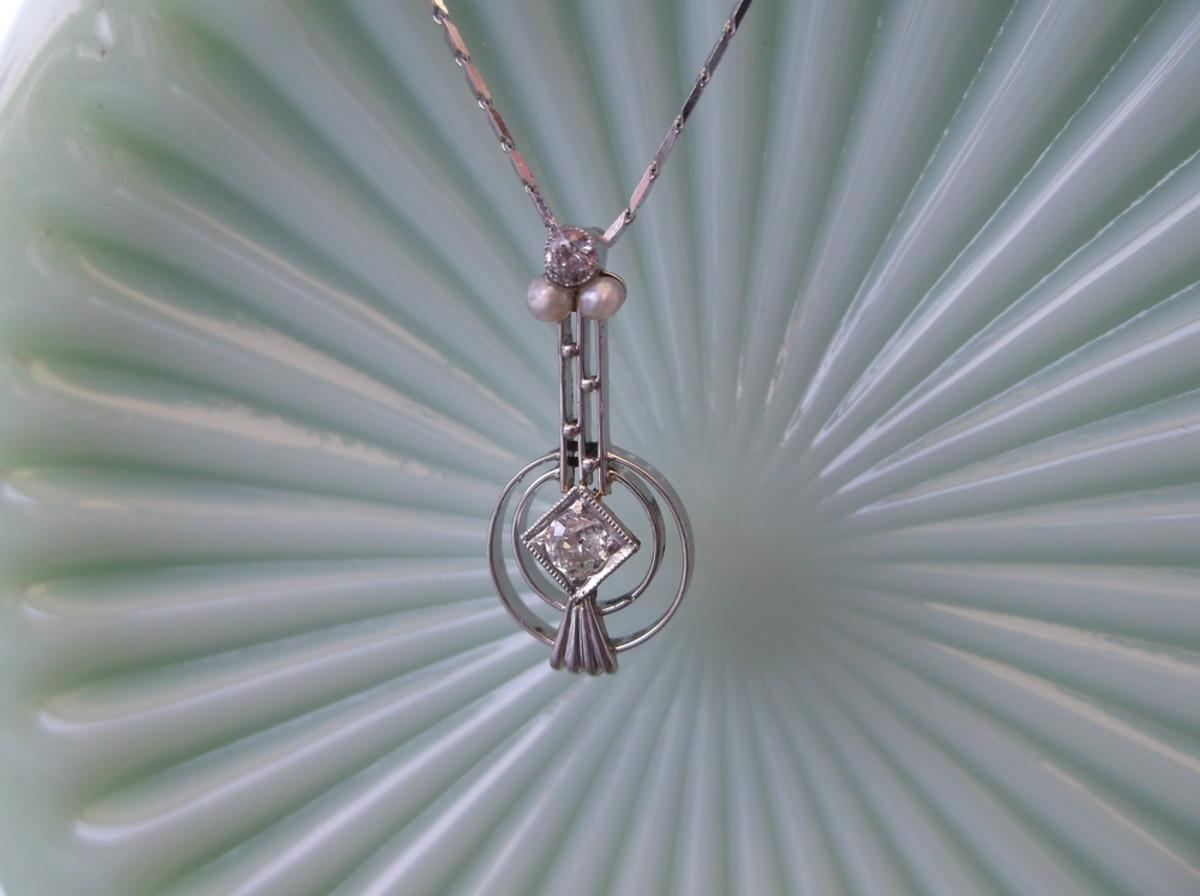 An Art Deco banjo pendant.