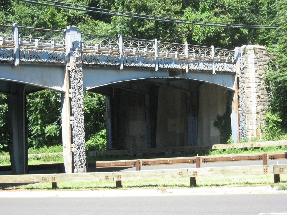 Lake Avenue Bridge spans the Merritt Parkway at the 4.71-mile mark in Greenwich. The center and side posts have ornamented cast-iron grapevines and urns.