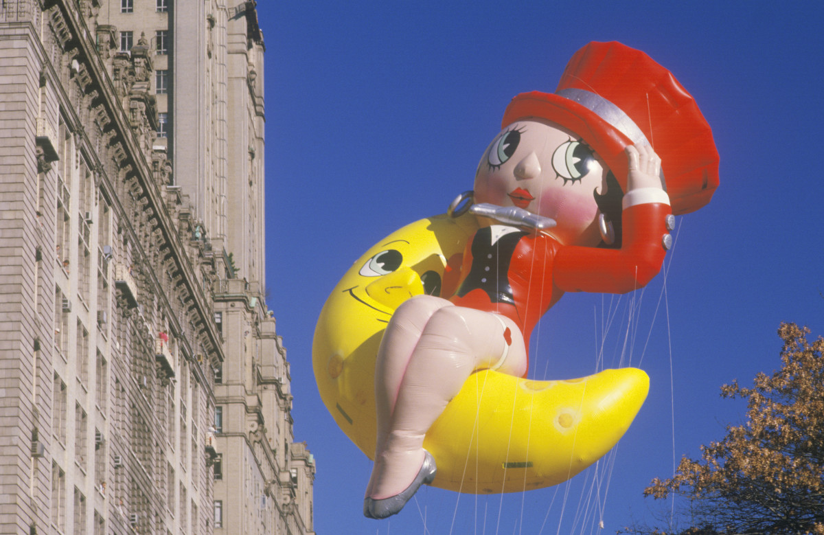Betty Boop swingin' on the moon in Macy's Thanksgiving Day Parade in 1985.