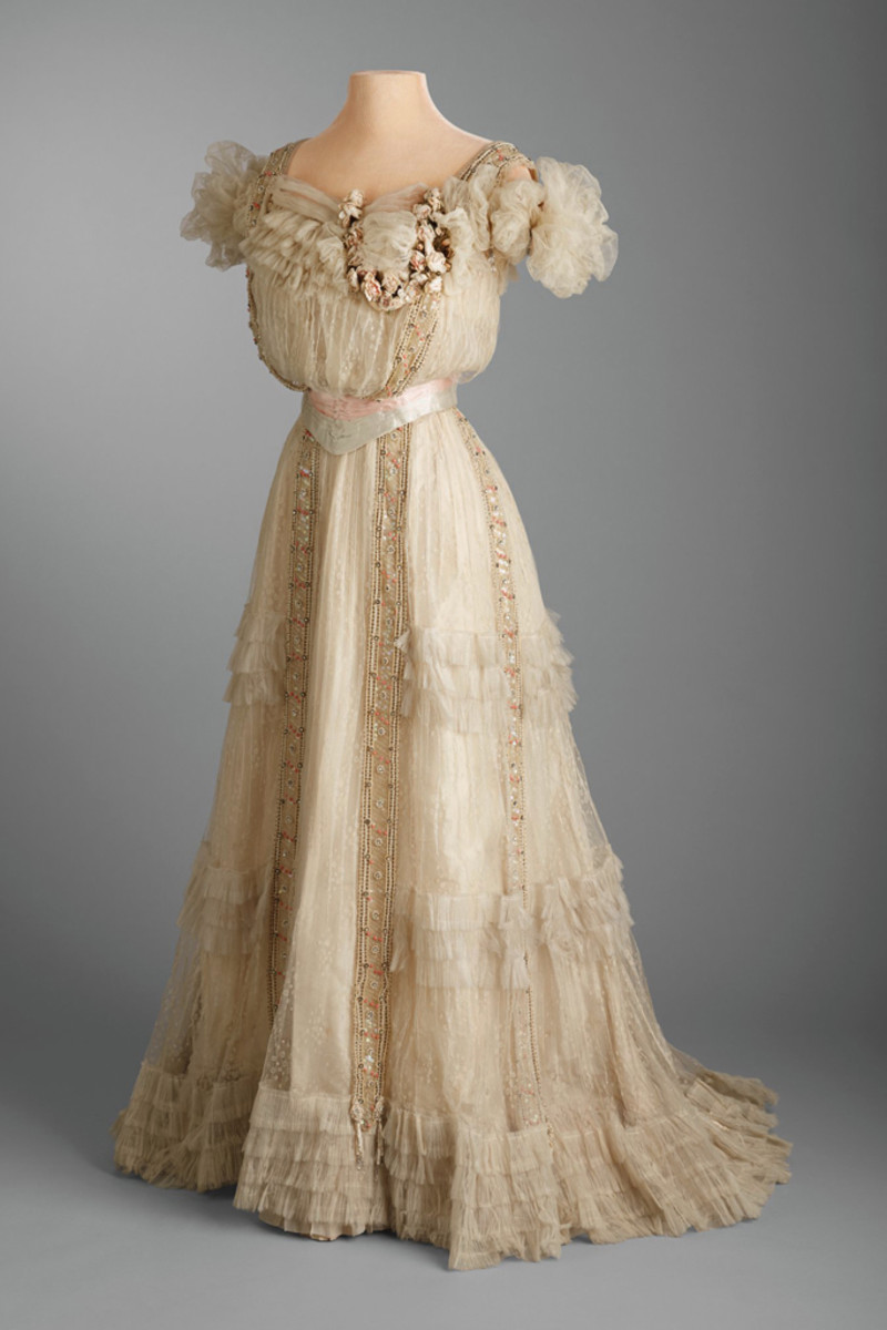 Post's Sweet 16 evening dress, 1903, of white spotted tulle, ivory silk taffeta and cream silk velvet, embellished with coral beads and clear rhinestones.