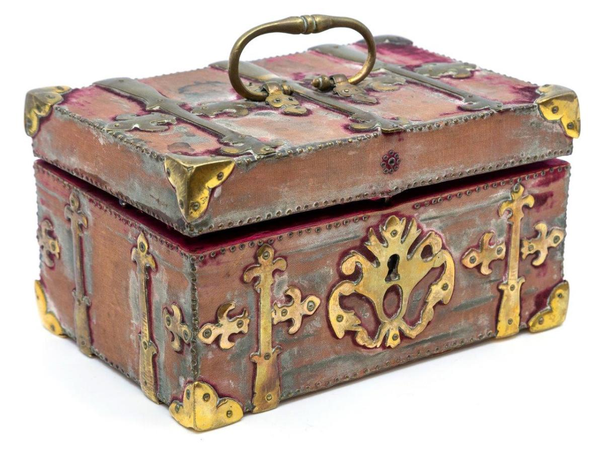 The kit is contained in an ornate box.