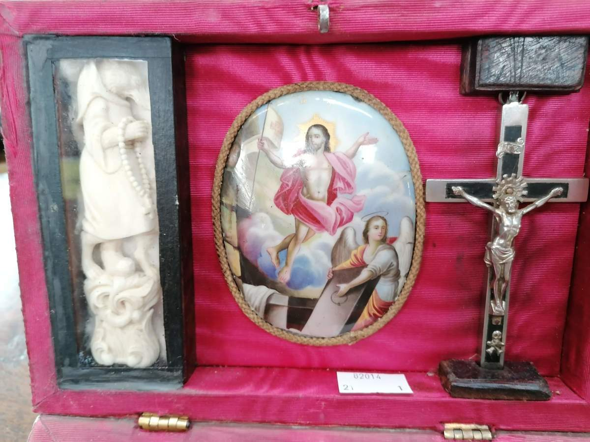 The lid of the kit has an enamel painting of the resurrection of Christ.