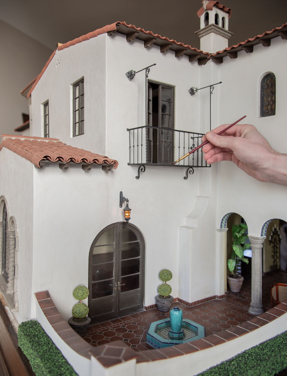Some details of Casa California's courtyard, including topiaries, tiling, a fountain and neatly trimmed hedges.